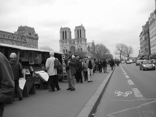 shopping along seine bw