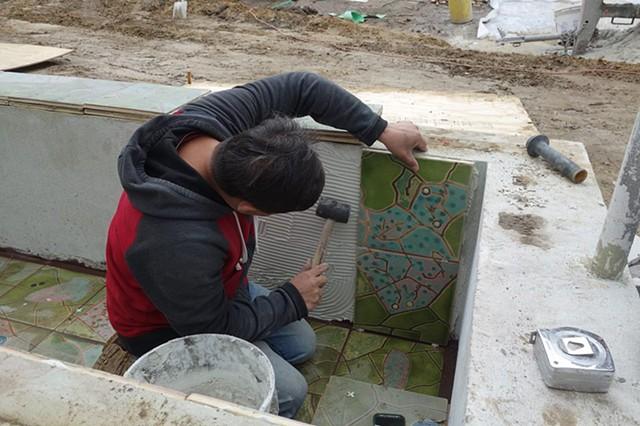 Setting tiles