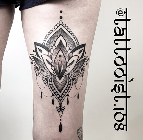 Body ornament on thigh.