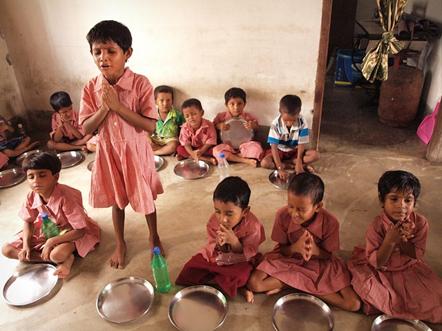 Praying before eating, Calcutta Mercy school feeding program