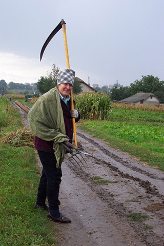Milia with scythe after a day in the field