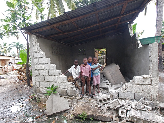 Children by demolished home Léogâne