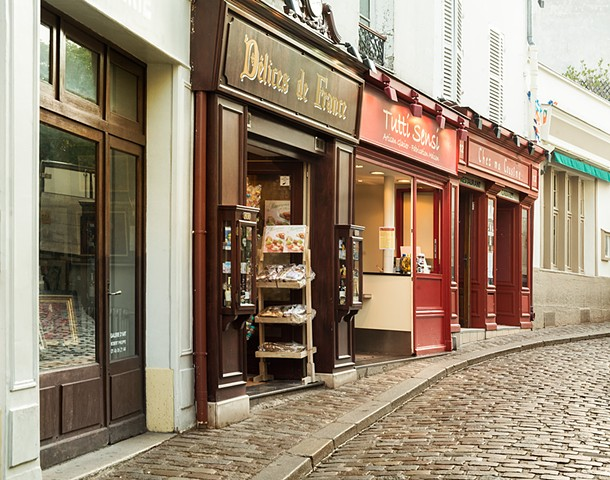 Cobblestone Road in Montmartre, Store Delice de France