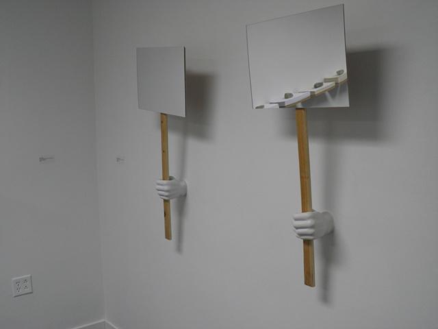 """""""Pancartas Reflectivas"""" Lapicero en forma de mano intervenido para sujetar pancarta de madera con acrilico reflectivo."""