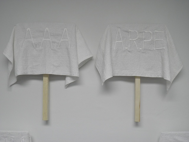"""Detalle """"Pancartas de toallazos"""" Toallas de algodon bordadas con hilo blanco Medidas variables ed. 1/5"""