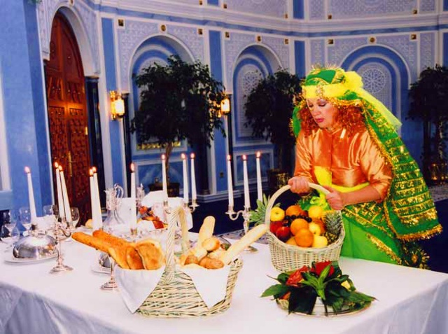 """Miss Nora Sets A Fine Table"", a still photo from the video "" Miss Nora And The Eco-Geckos"""
