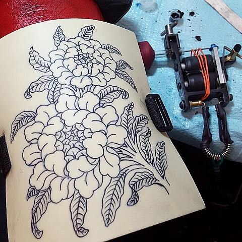 machine tattoo, black ink, old school tattoos, old skool, designs, practice skin, buddhist flowers, peony, peonies
