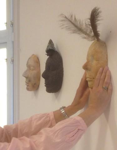 I det stille Steingods masker fra sommerutstillingen på H12 Galleriverkstedet 2015