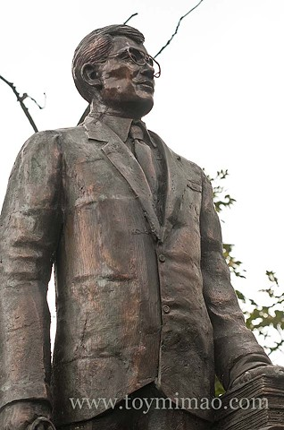 Bronze statue of Honorio Lopez in Manila City by sculptor Toym Imao