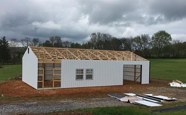 Pole barn looking good, coming right along!