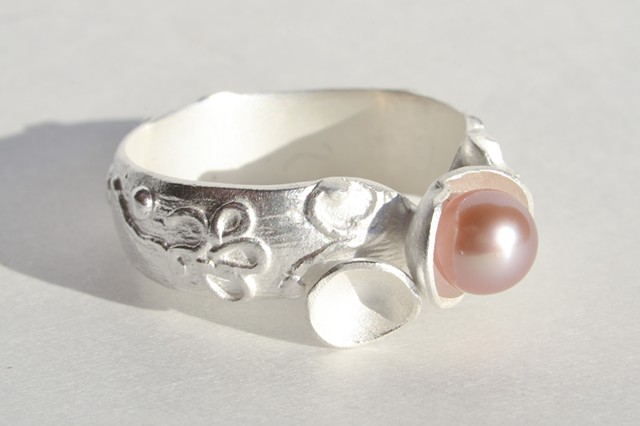 Signature Asti Ring band with three small silver cups and stunning pearl.