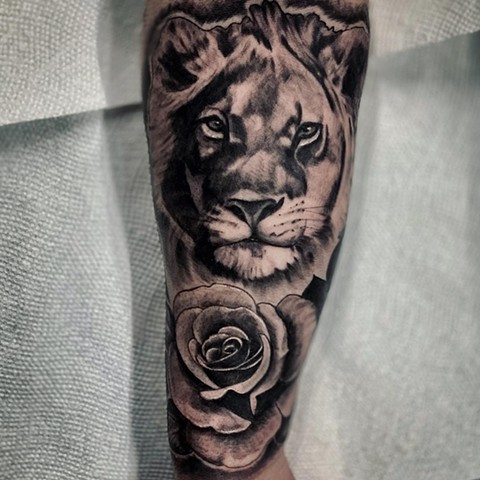 Lion With Rose Tattoo By Romeo Ostiguy Black And Grey Black Gold Tattoo Co 2019