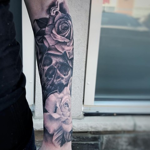 Skull and Roses Tattoo By Alan Coates Black And Grey Black Gold Tattoo Co