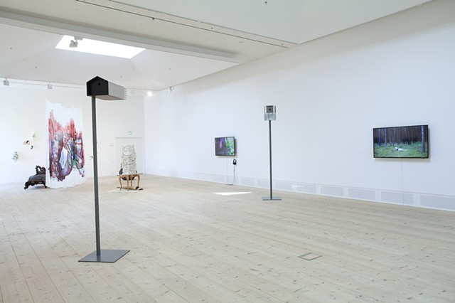 From left: Irene Nordli, Porslinsrummet, 2016 (ceramics), Otto Karvonen, Alien Palace Birdhouse Collection, 2010-2016 (sculpture), Kristin Tårnes, The invasive palm, 2013 (video), Jorunn Myklebust Syversen, Crying Man, 2016 (video)
