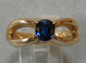 SAPPHIRE IN 14K RING TOP VIEW