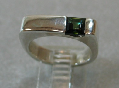 STERLING RING W/ SQ GREEN TOURMALINE
