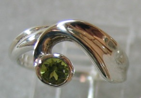 R7 STERLING RING W/ PERIDOT