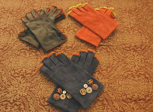 Leather fingerless gloves/ vintage buttons